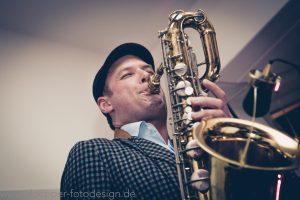 Saxophonist David Milzow mit Baritonsaxophon